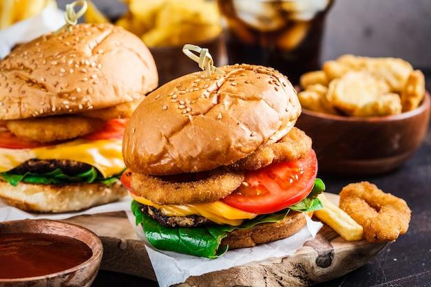Hamburguesas con queso, papas fritas, nachos, donas, refrescos y pepitas