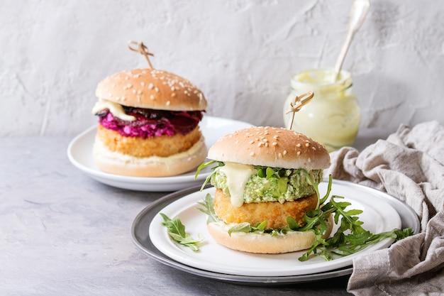 Hamburguesas veganas con aguacate, remolacha y salsa.
