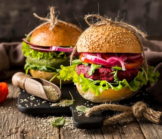 Hamburguesas vegetarianas de vista frontal en tabla de cortar