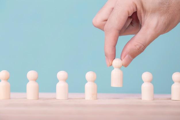 Hand holding elige un liderazgo para el éxito empresarial, concept es la victoria del liderazgo y del equipo en los negocios.