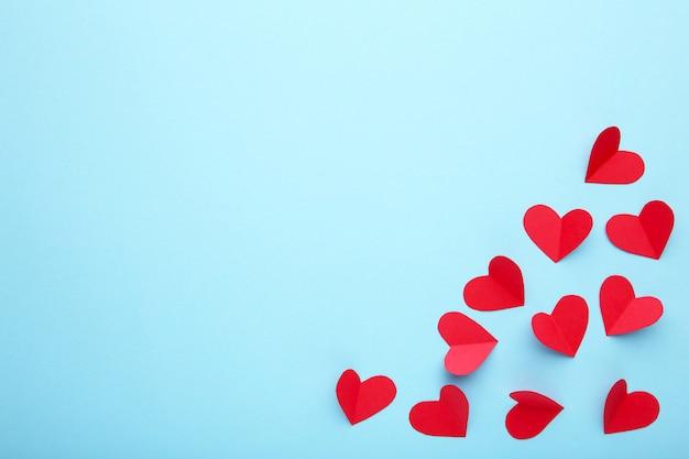 Handmaded corazones rojos sobre fondo azul.