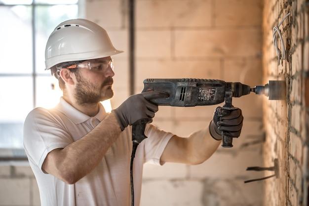 Handyman usa martillo neumático para la instalación