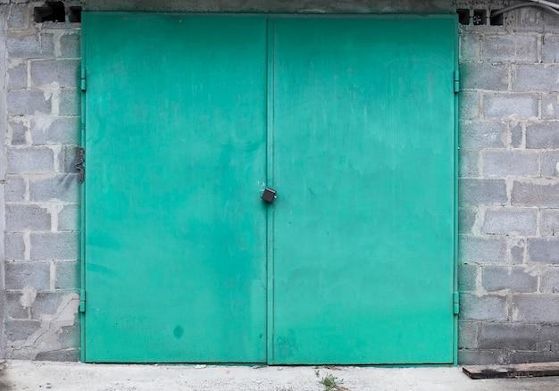 Hangar de puerta de almacén de metal antiguo