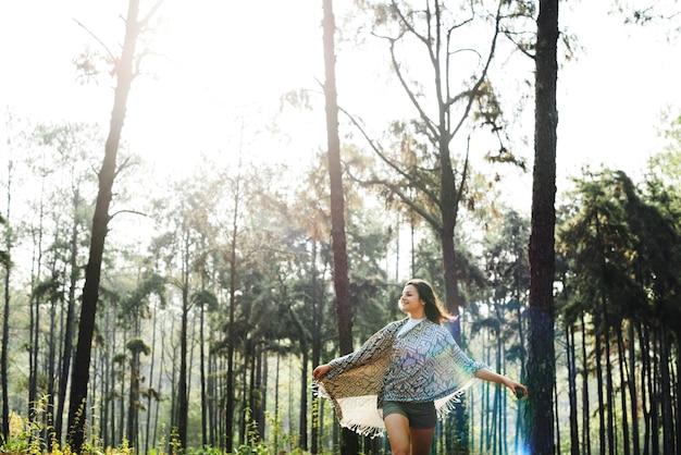 Hangout mujer viajando destino concepto de camping