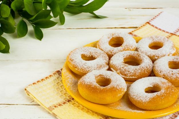 Hanukkah donuts en placa amarilla