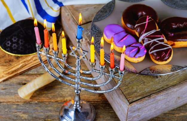 Hanukkah con menorah candelabro tradicional