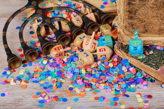Hanukkah menorah con velas agrupación de dreidels de hanukkah en un entorno rústico