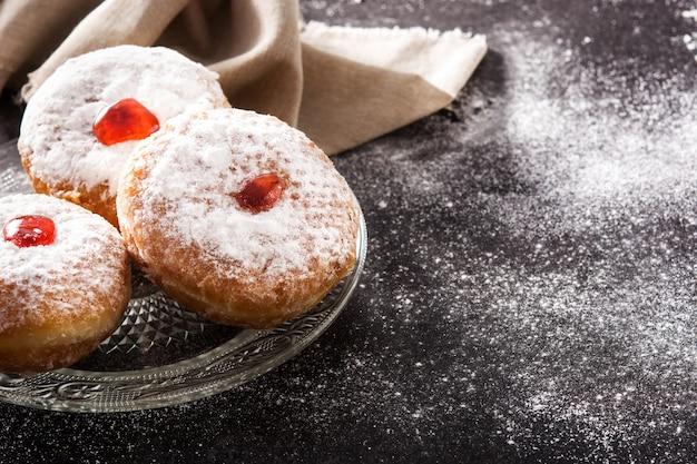 Hanukkah sufganiyot. rosquillas judías tradicionales para hanukkah, copia espacio