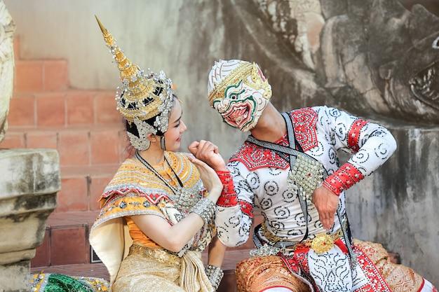 Hanuman y suvannamaccha en danza de máscara clásica tailandesa del drama ramayana