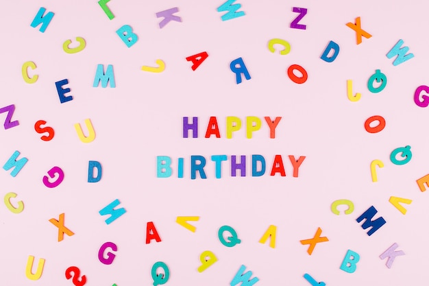 Happy birhday card. alfabeto multicolor brillante