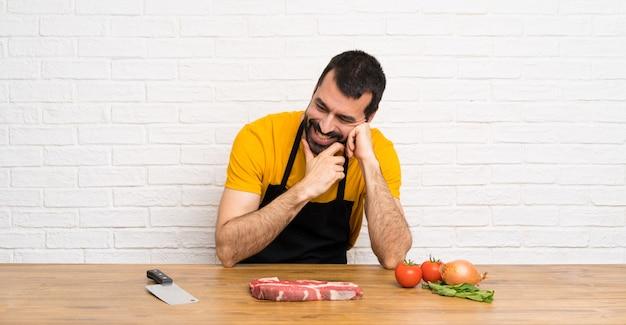Happy chef en una cocina