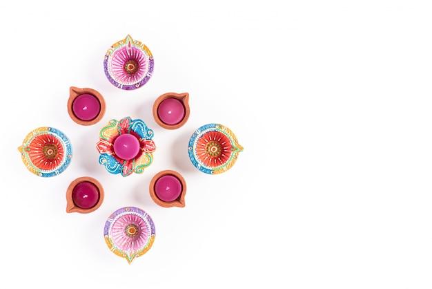 Happy diwali - lámpara de aceite tradicional colorida diya en blanco