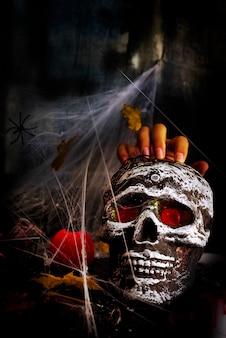 Happy halloween party table con tela de araña, mano y calavera