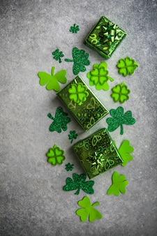 Happy st. día de san patricio. tarjeta con trébol de la suerte. símbolo del festival irlandés. concepto afortunado. fondo del día de san patricio con regalo. copie el espacio.