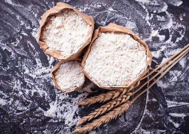 Harina y espigas de trigo seco.