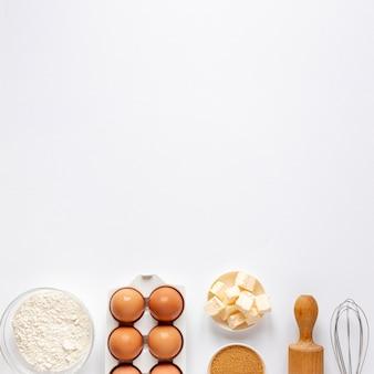 Harina huevos azúcar y un rodillo de cocina