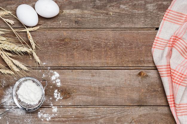 La harina y los huevos en madera