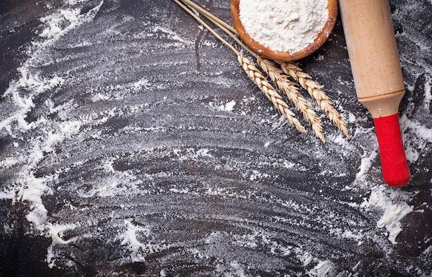 Harina de trigo, espigas y rodillo.