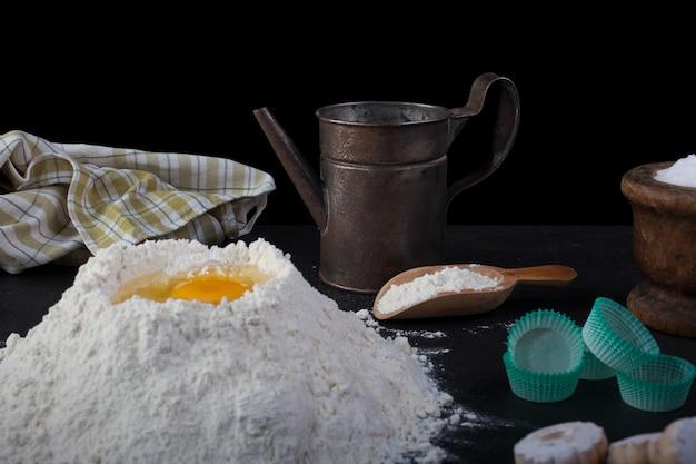 Harina y utensilios de cocina en mesa.