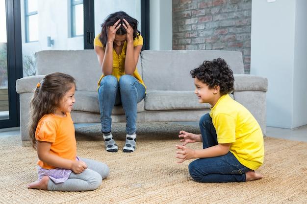 Harta madre escuchando a sus hijos pequeños luchar