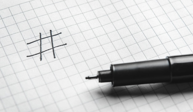 Hashtag es negro escrito con un marcador. concepto de tecnología en línea, marketing, marketing en redes sociales.