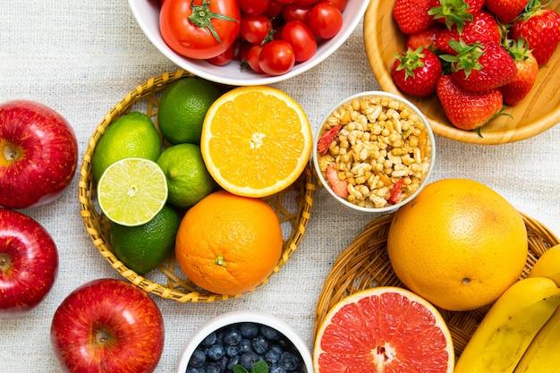 Hay varias frutas para ensaladas en la canasta el fondo es blanco