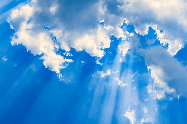Haz de luz y las nubes.