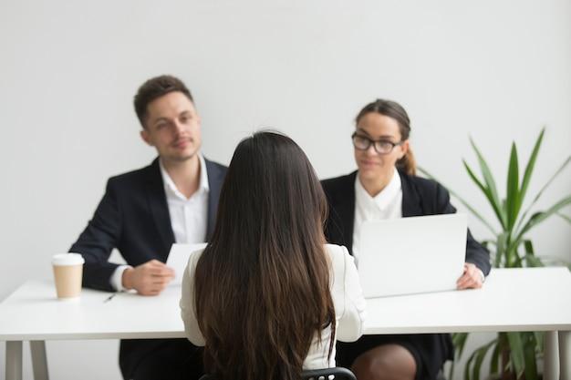 Headhunters entrevistando a candidata de trabajo femenino