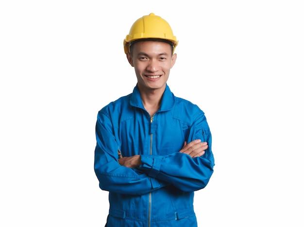 Headshot asian engineer joven sonríe en traje azul.