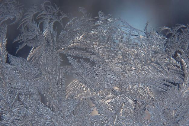 La helada inusual en una ventana de invierno