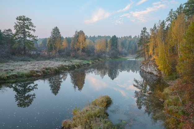 Helada mañana de otoño en el río