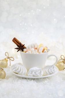 Heladas de invierno y bebidas navideñas de especias de chocolate con dulces en tazas blancas