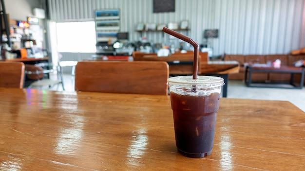 Helado americano en una mesa de madera en un café.