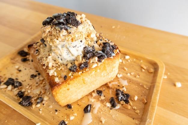 Helado casero de bingsu en panes con galletas de chocolate.