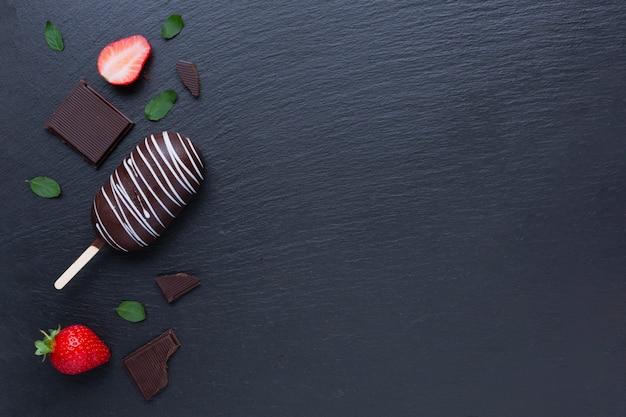 Helado de chocolate y fresa en mesa negra