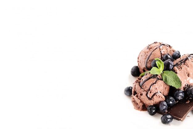 Helado de chocolate con moras