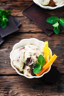 Helado de chocolate con naranja y menta