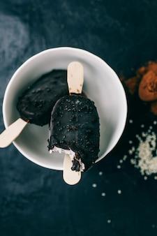 Helado con chocolate negro en un oscuro