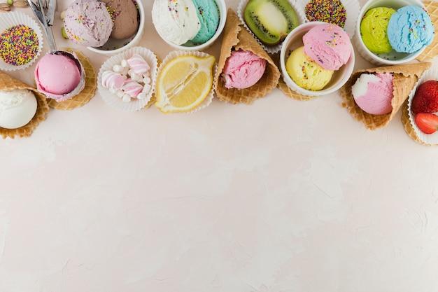 Helado de colores con dulces y frutas.