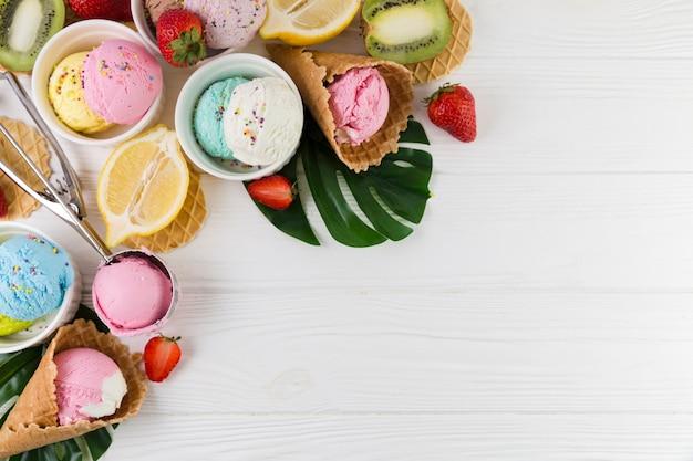 Helado de colores servido con frutas.