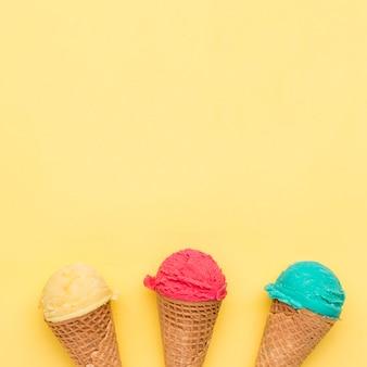 Helado colorido en conos de azúcar.