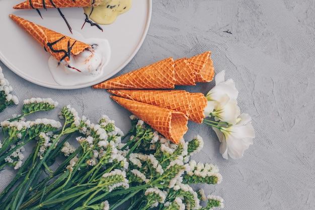 Helado con flores vista superior en blanco