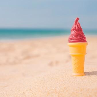 Helado de fresa en la playa.