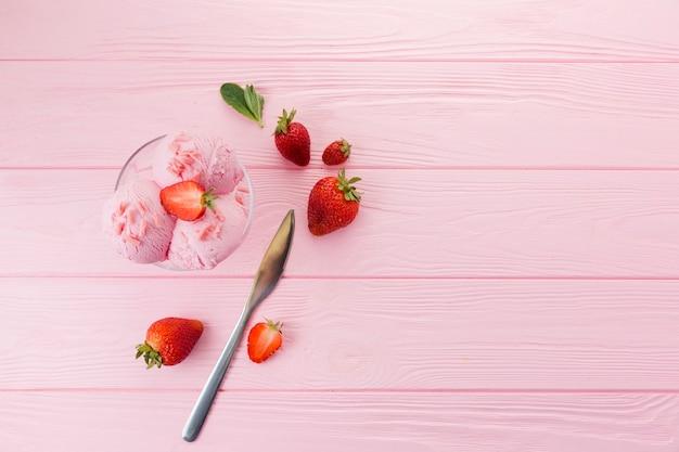 Helado de fresa en un tazón de vidrio