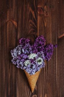 Helado de gofres con flores de color lila.
