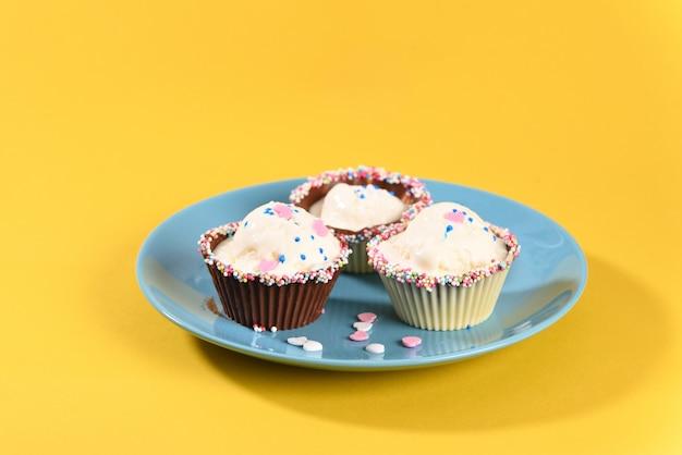 Helado en muffins de chocolate
