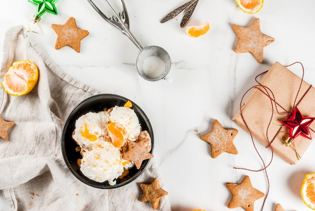 Helado de pan de jengibre con mandarinas