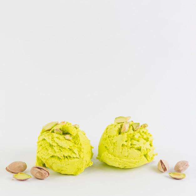 Helado de pistacho sobre fondo blanco