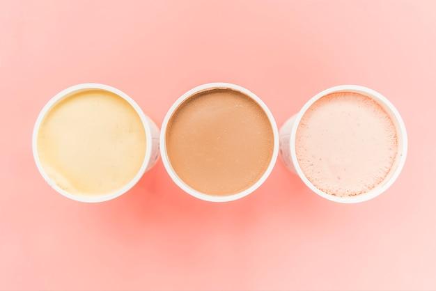 Helado con sabor diferente en tazas.