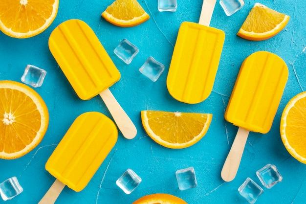 Helado con sabor a naranja y cubitos de hielo.
